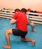 grapple Twee worstelaars in de ondergrondse gymnastiek royalty-vrije stock fotografie