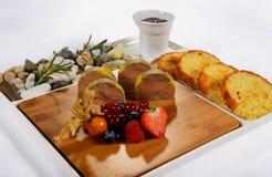 Gras de Foie con las bayas y las tostadas a una tabla del día de fiesta Fotografía de archivo