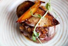Gras de Foie con salsa picante de la manzana y de la pera en la tostada imagen de archivo