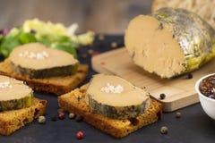 Gras de Foie y torta del pan de jengibre fotos de archivo