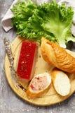 Gras de pate de foie de gourmet avec une baguette photo stock