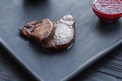 Gras rôtis de fois de foie d'oie avec de la sauce, nourriture de restaurant Photo libre de droits