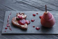 Gras rôtis de fois de foie d'oie avec la poire, nourriture de restaurant Images libres de droits