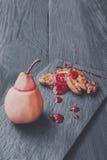 Gras rôtis de fois de foie d'oie avec la poire, nourriture de restaurant Photos stock