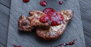 Gras rôtis de fois de foie d'oie avec la poire, nourriture de restaurant Photographie stock libre de droits