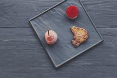 Gras rôtis de fois de foie d'oie avec la poire, nourriture de restaurant Images stock