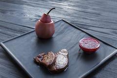 Gras rôtis de fois de foie d'oie avec la poire, nourriture de restaurant Photographie stock