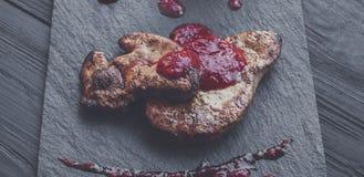 Gras rôtis de fois de foie d'oie avec la poire, nourriture de restaurant Photos libres de droits