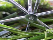 Gras und Metall Stockfoto