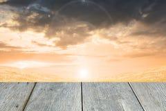 Gras und orange Himmel mit der hölzernen Pflasterung Lizenzfreies Stockfoto