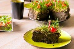 Gras und Tomaten auf Kuchen Stockfoto