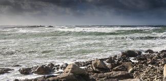 Grasa grande del faro en el horizonte en un día muy tempestuoso en EnezCr Foto de archivo libre de regalías