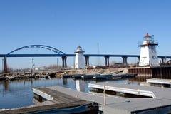Grasartige Insel-Richtfeuer u. Frigo-Brücke Lizenzfreies Stockbild