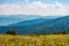 Grasartiger Abhang auf Kante der großen Höhe im Herbst Lizenzfreies Stockbild