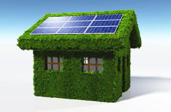 Grasartiges Haus mit Sonnenkollektoren Stockbilder