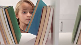 Grasenbücher des kleinen Mädchens stock footage