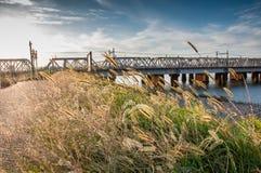 Grasgebied in de zonsondergang met rivier en spoorweg in backgrou royalty-vrije stock fotografie