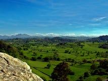 Grasland nördlich von Spanien mit Bergen im Hintergrund stockfoto