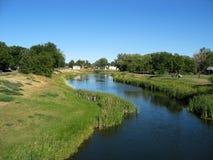 Grasland-Nebenfluss Lizenzfreie Stockbilder