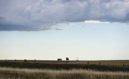 Grasland-Stall und Windmühle Stockfotografie