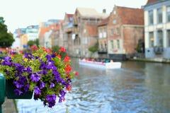 Graslei bonito ao longo do rio na cidade medieval belga de Ghent fotografia de stock