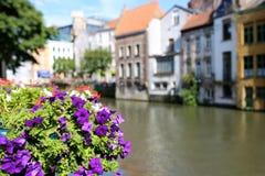 Graslei bonito ao longo do rio na cidade medieval belga de Ghent imagens de stock royalty free