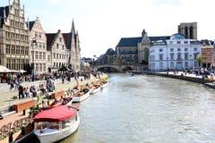 Graslei bonito ao longo do rio na cidade medieval belga de Ghent foto de stock