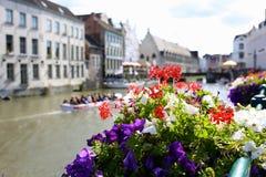 Graslei bonito ao longo do rio na cidade medieval belga de Ghent fotografia de stock royalty free
