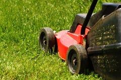 Grasmaaier op gras Stock Foto