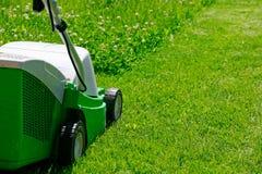 Grasmaaimachine en het gras Royalty-vrije Stock Afbeeldingen