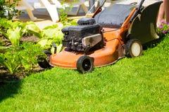 Grasmaaimachine op een vers gazon in de tuin Royalty-vrije Stock Foto's
