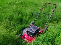 Grasmaaimachine in uiterst lang gras Stock Afbeeldingen