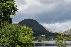 Grasmere, Cumbria,湖和村庄,由舵碎片俯视了 库存图片