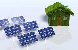 Grasrijk huis met sommige zonnepanelen Royalty-vrije Stock Foto's