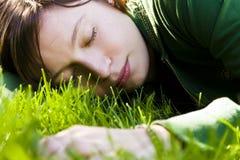grass sleeping woman young στοκ φωτογραφίες