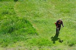 Grasschrägfläche mit gasbetriebenem Rasentrimmer Lizenzfreies Stockbild