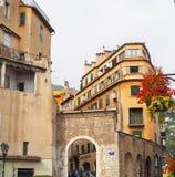 GRASSE, FRANÇA - em outubro de 2017: Arquitetura da cidade de Grasse em França do sul Grasse é famoso para sua indústria de perfu imagem de stock