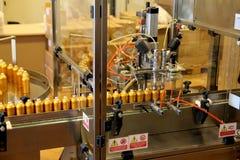 Grasse Frankrike - Augusti 27 2012: Parfymera att buteljera maskinen på den Fragonard doftfabriken arkivfoto