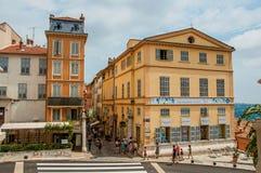 Grasse Frankrike - Juli 12, 2016 Byggnader och gator med folk i Grasse Fotografering för Bildbyråer