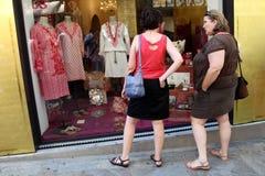 GRASSE FRANKRIKE - JULI 5: Kvinnor som in ser, shoppar fönstret, Grasse, Arkivbild
