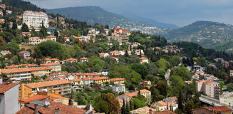 Grasse - panoramautsikt av den Grasse staden Arkivbilder