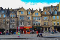 Grassmarket在爱丁堡,苏格兰 与tr的美好的正方形 库存照片