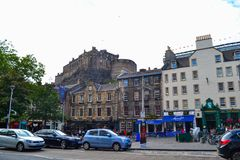 Grassmarket, met het Kasteel torenhoge bovengenoemd van Edinburgh het, in Sco stock afbeelding