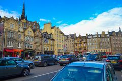 Grassmarketen i Edinburg, Skottland Härlig fyrkant med tr royaltyfri fotografi