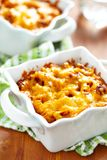 Gratén con macarrones, carne y queso Foto de archivo