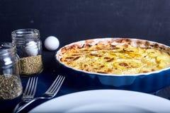 Gratén de la patata con crema, los huevos y el queso Imagen de archivo