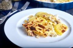 Gratén de la patata con crema, los huevos y el queso Foto de archivo