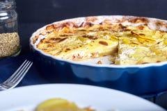 Gratén de la patata con crema, los huevos y el queso Imagen de archivo libre de regalías