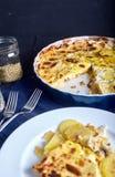 Gratén de la patata con crema, los huevos y el queso Fotos de archivo