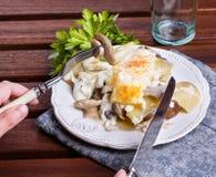 Gratén de la patata con las setas Foto de archivo